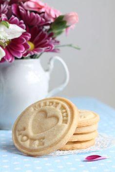 Dlouho jsem hledala recept na máslové sušenky, které by byly chuťově nejenom skvělé, ale zároveň by po vykrojení a upečení v troubě skvěle... Sweet Recipes, Cooking Tips, Peanut Butter, Muffin, Food And Drink, Sweets, Cookies, Baking, Cake