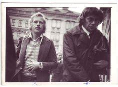 Václav Havel a další disident Jiří Němec, jak je v září 1976 vyfotila StB na Malostranském náměstí. Amnesty International, Prague, Plays, Legends, People, Pictures, Games, People Illustration