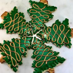 Green and Gold Christmas tree cookies Candy Cane Cookies, Fancy Cookies, Cupcake Cookies, Cupcakes, Christmas Goodies, Christmas Candy, Christmas Treats, Christmas Baking, Gold Christmas