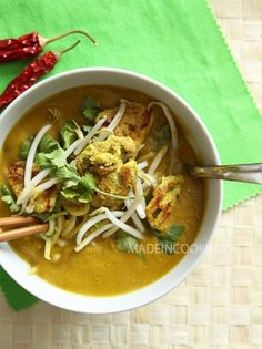 Soupe de butternut, coco et au curry vert Sweets Recipes, Vegan Recipes, Curry Vert, Veg Soup, Food Crush, French Desserts, Soup And Salad, Soups And Stews, Allrecipes