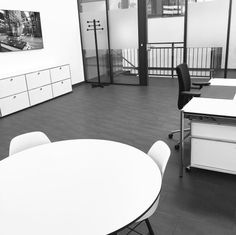 Start-up Büro zur Miete bei uns im Ebbtron #Coworking #Startup #rent #solingen Co Working, Coworking Space, Up, Conference Room, Table, Furniture, Home Decor, Environment, Decoration Home
