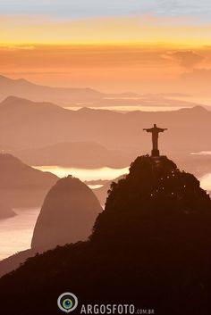Rio de Janeiro visto de cima, com o Corcovado e o Pao de Acucar / Aerial view of Rio de Janeiro city, with the Corcovado and Sugar Loaf Mountains.©Marcos Issa/Argosfoto