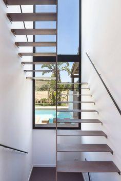 Escalera y Piscina   Casa A : Pasillos, vestíbulos y escaleras mediterráneos de 08023 Architects