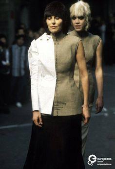 Maison Martin Margiela, Autumn-Winter 1997 collection, photo by Etienne Tordoir. Fashion Store Design, Fashion Show, Anti Fashion, Fashion Brands, Deconstruction Fashion, Structured Fashion, Corsage, Conceptual Fashion, Paper Fashion