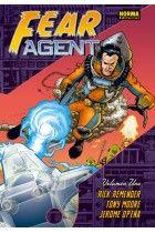 """""""Fear Agent"""" de Rick Remender. Fear Agent posiblemente es la saga espacial con más acción, humor, celos, violencia, tacos y mala leche que jamás haya sido creada. Heath Huston no es más que un cateto de Texas, alcohólico, violento y malhablado. Bueno, y también un exterminador de plagas espacial. En sus viajes por el espacio a bordo de su nave con inteligencia artificial Annie, Huston se enfrentará a todo tipo de criaturas y ahogará sus penas en whisky.  CÓMIC"""