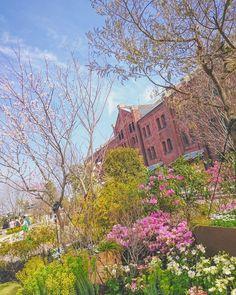 ガーデンなんとか #赤レンガ倉庫 #フラワーガーデン  #空 #青空 #春 #ダレカニミセタイソラ #写真好きな人と繋がりたい #写真撮ってる人と繋がりたい #photo #japan #landscape #日本 #風景 #instagram #igers #igersjp #bluesky #igで繋がる空 #sky #skylovers #skyporn #skypainters #skyscraper #flowers #flowerstagram  #floralphotograph #photooftheday #instasky #instagood  #nakaniwa