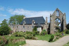 Le château du Cruguil, non loin de Lannion, est un manoir breton d'architecture classique du XIVème siècle, les corps de bâtiment sont reliés par une tour angulaire qui abrite l'escalier. Au XV...Lové au fond de l'anse de Paimpol , entre la presqu'île de Guilben et la pointe de Kérarzic, le domaine de Beauport se déploie de part et d'autre des rives du Correc, sur plus de 100 hectares de milieux maritimes et terrestres. Territoire fécond, il présente...