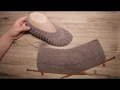 "Late Melange Footprints with Knitting ☕ Slippers ""Late Melange"" knitting pattern – The Best Ideas Crochet Slipper Boots, Knit Shoes, Booties Crochet, Crochet Baby Shoes, Knitted Slippers, Knitted Bags, Knitting Paterns, Knitting Videos, Knitting Stitches"