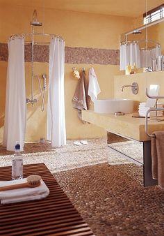 Baden wie im Urlaub! Mit einem Boden aus Stein und sonniger Farbe an der Wand…