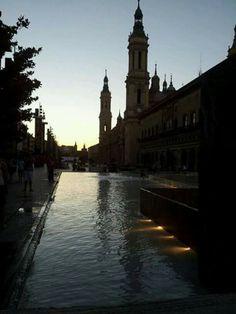 Vistas de la Plaza del Pilar anochece. Zaragoza