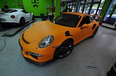 Check out this 2016 Porsche 911 GT3 RS wrapped in Racing Orange Matt by Print Tech Premium Wrapping.