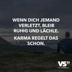 Wenn dich jemand verletzt, bleib ruhig und lächle- Karma regelt das schon. - VISUAL STATEMENTS®