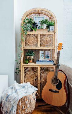 Bohemian room decor easy pieces rattan decor is the essence of bohemian chic living apartment therapy . Living Vintage, Bedroom Vintage, Vintage Home Decor, Vintage Ideas, Bohemian Chic Decor, Bohemian Style, Modern Bohemian, Vintage Bohemian, Bohemian Apartment Decor