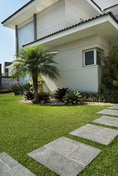 Jardins frontais dão profundidade a casa e criam um clima mais harmônico! Invista neste espaço. Crystalli Modular chumbo - Arquiteta Soraya Tessaro. Foto Inés Antich.