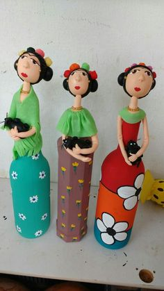 Porto de galinhas  Fridas de garrafa                              … Farm Crafts, Clay Crafts, Diy And Crafts, Arts And Crafts, Plastic Bottle Crafts, Wine Bottle Crafts, Bottle Painting, Bottle Art, Painted Wine Bottles