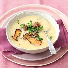 Das wärmt den Magen! Diese Kartoffelsuppe wird mit geschmolzenem Käse besonders kräftigt und extraköstlich mit Steinpilzen.