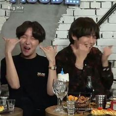 Jhope e Tae sendo.Jhope e Tae❤ Jhope, Bts Taehyung, Bts Meme Faces, Funny Faces, Meme Pictures, Reaction Pictures, Foto Bts, Bts Photo, Seokjin