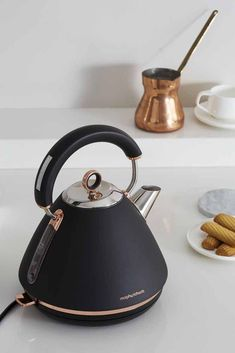 Accents Rose Gold pyramid traditional kettle by Morphy Richards Akzente Rose Gold Pyramide traditioneller Kessel von Morphy Richards This. Cool Kitchen Gadgets, Kitchen Items, Home Decor Kitchen, Cool Kitchens, Kitchen Design, Kitchen Tools, Quirky Kitchen, Rose Gold Kitchen, Copper Kitchen