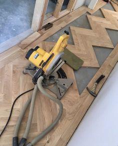 Cutting in the pieces. Oak parquet in a Herringbone pattern. Hallway Flooring, Wooden Flooring, Hardwood Floors, Parque Flooring, Interior Design Videos, Floor Patterns, Woodworking Projects Diy, Floor Decor, Floor Design