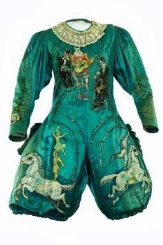 Costume de Valérie Fratellini (1879-1951) en tissu de soie bleu avec des motifs peints. Coll. Vélrie Fratellini. © CNCS - Photo Pascal François