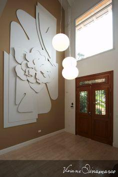 Um hall com muito espaço. Então, como usar? Vemos que Viviane Dinamarco preencheu o espaço com uma escultura de parede, flor de lotus e pendentes instalados em diferentes alturas. #design #designinteriores #decoration #home #pedireito #florlotus #vivianedinamarco