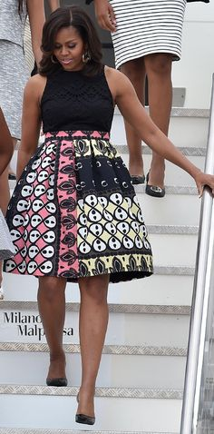 17 JUNE 2015 Pretty in Print from Michelle Obama& Best Looks Another printed LBD for the first lady, who lands in Milan with daughters Sasha and . African Fashion Dresses, African Attire, African Wear, African Women, African Dress, African Print Skirt, Michelle Obama Fashion, Barack And Michelle, Ankara Stil