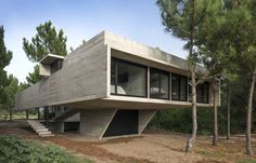 Modern concrete residence located in Buenos Aires, Argentina, designed in 2016 by Luciano Kruk Arquitectos. Concrete Houses, Concrete Building, 3d Interior Design, Contemporary Interior Design, Room Interior, Residential Architecture, Interior Architecture, Unique Architecture, Exposed Concrete
