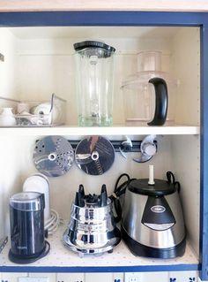 Bruk magnetlister til løst kjøkkenutstyr Kitchen Cabinet Organization, Kitchen Storage, Kitchen Cabinets, Closet Organization, Small Appliances, Kitchen Appliances, Bosch Appliances, Electrical Appliances, Magnetic Knife Rack