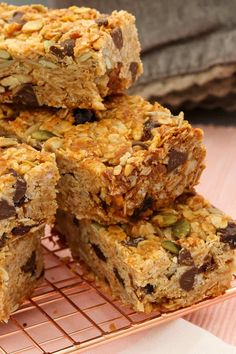 These really are the very best homemade muesli bars. soft & chewy with just the right amount of crunch! Healthy Cake, Healthy Sweets, Healthy Baking, Healthy Muesli Bar Recipe, Healthy Meals, Healthy Food, Cereal Recipes, Baking Recipes, Homemade Muesli Bars
