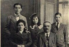 Lorca estaba muy cerca de todos los miembros de su familia. Él tomó muchas fotos con ellos. Ellos ayudaron a inspirar una gran cantidad de su trabajo.