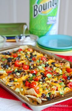 You can make easy and delicious NACHOS at home! Check out this recipe with step by step video to create nachos your friends and family will love! Beef Recipes, Vegetarian Recipes, Cooking Recipes, Hamburger Recipes, Healthy Recipes, Nachos Supreme, Chicken Nachos Recipe, Chicken Tacos, Gastronomia