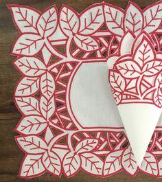 Jogo americano bordado em vermelho no rechilieu, sendo 1 americano medindo 50x37 e um guardanapo medindo 40x40 Cutwork Embroidery, Hand Embroidery Designs, Embroidery Stitches, Hobbies And Crafts, Diy And Crafts, Arts And Crafts, Cut Work, Arte Popular, Cloth Napkins