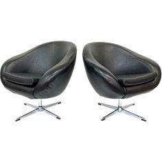 Fraaie set van twee vintage fauteuils. Bekijk de foto's voor alle details! De fauteuils zijn draaibaar en verkeren beide in een zeer mooie staat. Een stoel heeft een klein gaatje in de skai bekleding. Setprijs