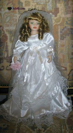 Linda boneca de porcelana, vestida de noiva, NOVA. Altura: 42 cm. Envio em correio normal ou registado pelos CTT, com pagamento prévio por transferência bancária, ou à cobrança, para Portuga...