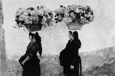 Édouard Boubat (Paris, 1923 - 1999, Paris) Femmes aux fleurs, Portugal 1958