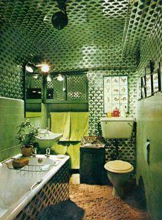 The Belgravia garden flat of international designer Gonzalo Yanez-Cavada Retro Interior Design, Retro Bathrooms, 70s Home Decor, Vintage Interiors, Green Rooms, Aesthetic Room Decor, Cool Rooms, Small Bedrooms, Guest Bedrooms