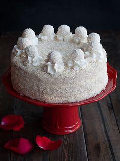 Самый вкусный торт Рафаэлло рецепт с пошаговыми фото. Мягкий бисквит, очень очень вкусный крем, белый шоколад, миндаль и конечно же кокос... каждый кусочек - изумительное облако удовольствия