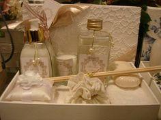 Kit com toalha de mão, porta-joias, aromatizador de ambiente, vela perfumada, hidratante e sabonete em barra, embalados em caixa de mdf forr...