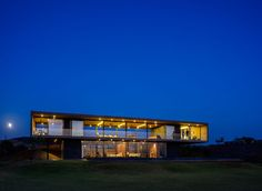 Located Nashik, Maharashtra, India, the Panorama house was designed by Ajay Sonar. The Panorama house is set on the backwaters of the Gangapur Dam in Nasik Modern Contemporary Homes, Contemporary Architecture, Amazing Architecture, Concrete Architecture, Residential Architecture, Architecture Design, India Architecture, Le Corbusier, Ocean Front Homes