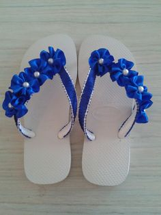 Havaianas Decoradas. Tamanho 37/38. R$: 50,00. Aceito Encomendas. Crochet Sandals, Crochet Shoes, Crochet Slippers, Ribbon Flip Flops, Cute Flip Flops, Flip Flop Slippers, Flip Flop Shoes, Flip Flop Craft, Crochet Flip Flops