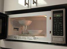 Isto é como você pode colocar 2 tigelas, ao mesmo tempo em um forno de microondas, usando um copo de manter alturas.