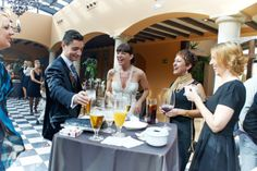 Divirtiéndose con sus invitados Alcoholic Drinks, Table Settings, Table Decorations, Home Decor, Palaces, Invitations, Table Top Decorations, Place Settings, Interior Design