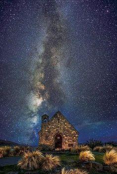 世界一の星空を見よう♪ ニュージーランドの小さな村「テカポ」ニュージーランドにある小さな村「テカポ」は、世界一美しい星空が見られると評判のスポット。コンデション次第では天の川からオーロラまで観測できるそうで、特にテカポ湖畔にある「善き羊飼いの教会」は、最高の撮影スポットとして有名なんだそうですよ♪