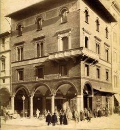 """La Casa Stagni al """"Canton dei Fiori"""",  in una foto d'epoca di Pietro Poppi  (Archivio Ferri/Roversi)"""