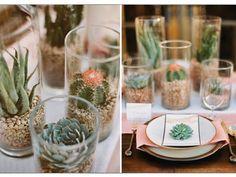 Centro de mesa para boda con cactus y base de cristal