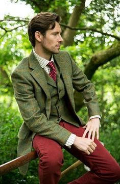 Top colors not right for you, but love the idea of pairing tweed with deep rusted rose trousers. The necktie is a perfect nod to the bottoms without being matchy matchy Country Wear, Country Fashion, Mens Fashion Suits, Mens Suits, Tweed Suits, Gentleman Style, British Style, Look Fashion, Fashion Clothes