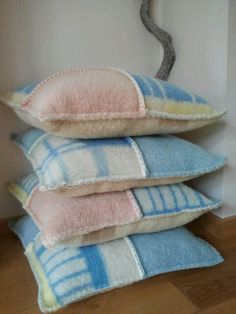 Kussens gemaakt van vintage wollen dekens. Afgewerkt met een festonsteek. (vintage blanket)