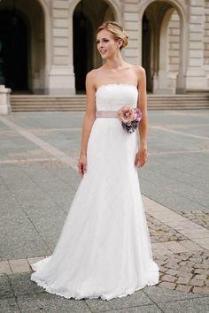 Ein schmales, schlichtes Brautkleid mit eleganter Schleppe und toller Love-Lace für die moderne Braut - für dich!