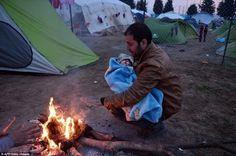 Chùm ảnh những em bé di cư bên hàng rào thép gai khiến người xem rơi lệ :(