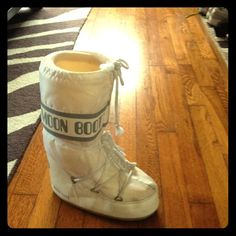 MOON BOOTS AUTHENTIC White used once moon boots Shoes